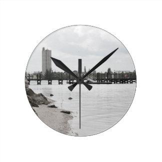 la orilla pie del río del silo del muelle perfora reloj redondo mediano