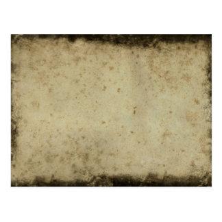 La oscuridad manchó la postal de papel envejecida