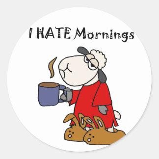 La oveja divertida odia el dibujo animado de las pegatina redonda