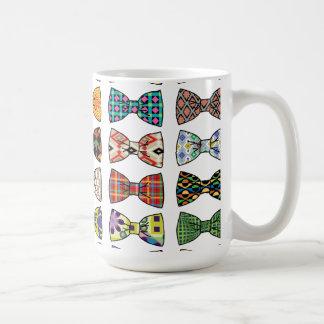 La pajarita decorativa hermosa modela la taza