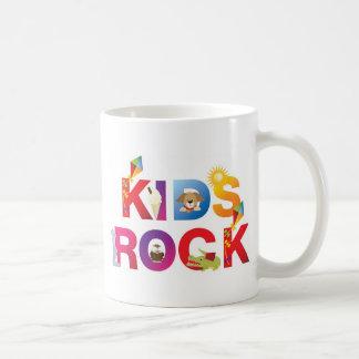 La palabra embroma la roca tazas de café