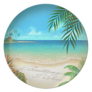 La palma tropical de la playa exótica pide nombres platos para fiestas