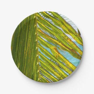 La palmera sale de vista al mar plato de papel de 7 pulgadas