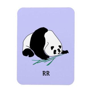 La panda blanco y negro come el imán de bambú de