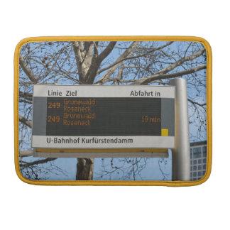 La parada de autobús firma adentro Berlín Funda Para Macbook Pro