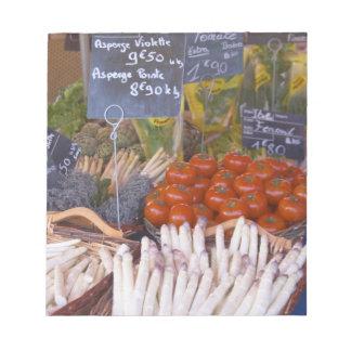 La parada del comerciante del mercado callejero co blocs de notas