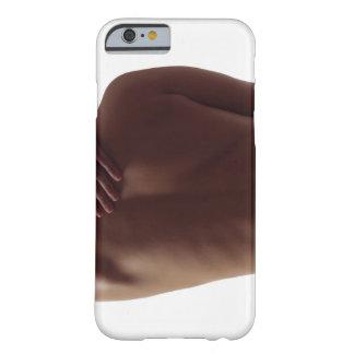La parte posterior desnuda de una mujer con un funda para iPhone 6 barely there