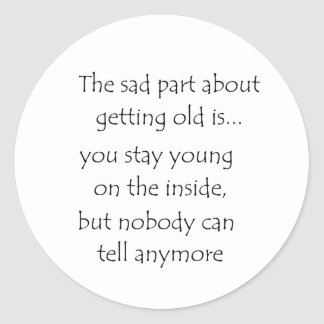 la parte triste sobre conseguir al viejo pegatina redonda
