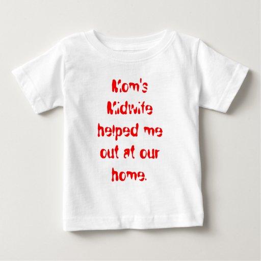 La partera de la mamá me ayudó hacia fuera en tee shirt