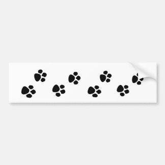 La pata del dueño del perro casero imprime a la pe pegatina para auto