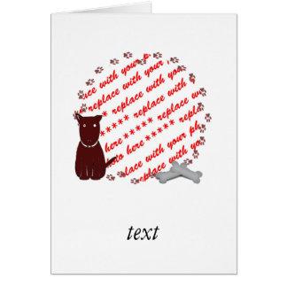 La pata del perro imprime el marco de la foto tarjeta de felicitación