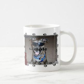 La pata del perro imprime el marco de la foto taza