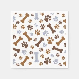La pata del perro imprime el modelo servilleta de papel