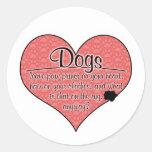 La pata del perro imprime humor etiqueta redonda