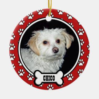 La pata imprime el ornamento rojo conmemorativo de adorno navideño redondo de cerámica
