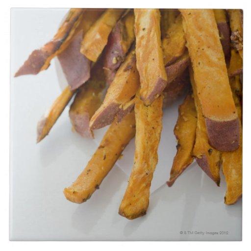 La patata dulce fríe en la bolsa de papel, cierre  azulejo ceramica