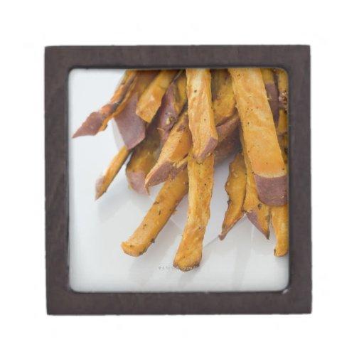 La patata dulce fríe en la bolsa de papel, cierre  cajas de recuerdo de calidad