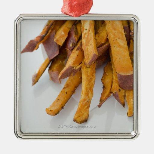 La patata dulce fríe en la bolsa de papel, cierre  ornamento de navidad
