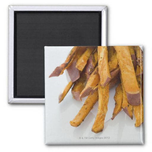La patata dulce fríe en la bolsa de papel, cierre  imán para frigorifico