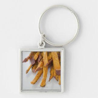 La patata dulce fríe en la bolsa de papel, cierre  llavero