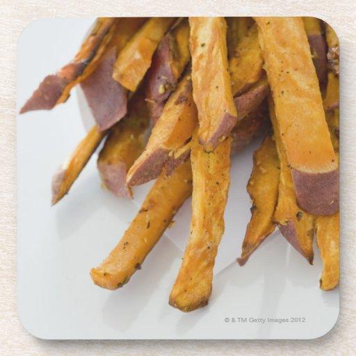 La patata dulce fríe en la bolsa de papel, cierre  posavasos