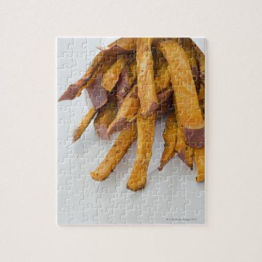 La patata dulce fríe en la bolsa de papel, cierre  puzzles