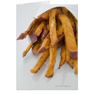 La patata dulce fríe en la bolsa de papel, cierre  tarjeta de felicitación