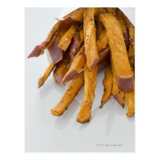 La patata dulce fríe en la bolsa de papel, cierre tarjetas postales
