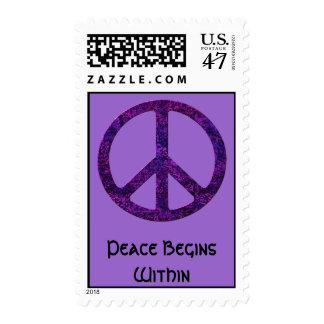 La paz comienza dentro de franqueo púrpura sello postal