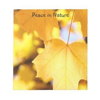 La paz en hojas amarillas de oro de las libretas d libretas para notas