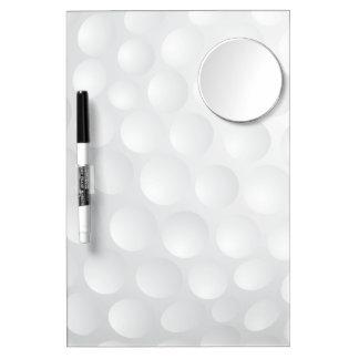 La pelota de golf forma hoyuelos al tablero seco pizarra