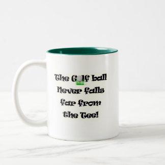 La pelota de golf nunca cae lejos de la camiseta taza de café de dos colores