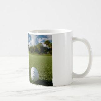 La pelota de golf pone verde la taza de café 2