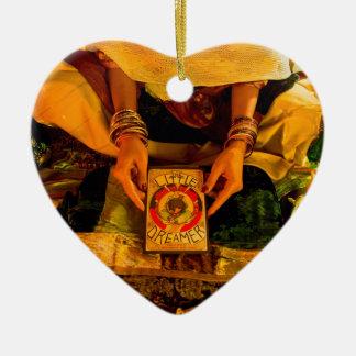 La pequeña animación del soñador - remolque del adorno navideño de cerámica en forma de corazón