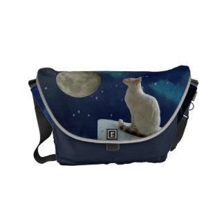 La pequeña bolsa de mensajero blanca del gato y de bolsas de mensajería