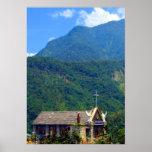 La pequeña iglesia en las montañas impresiones