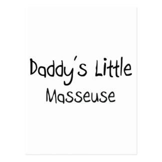 La pequeña masajista del papá postal