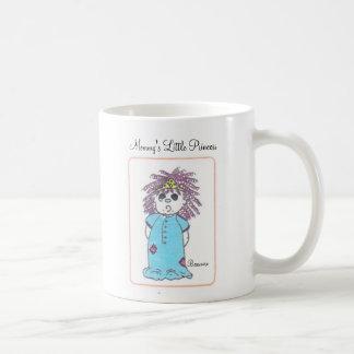 La pequeña princesa de la mamá taza de café
