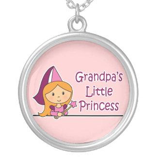 La pequeña princesa del abuelo colgante redondo