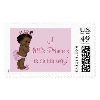 La pequeña princesa étnica está en su bebé del franqueo