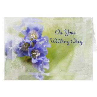 La pequeña púrpura florece la tarjeta del día de b