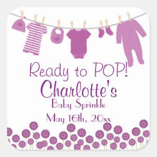 La pequeña ropa púrpura lista al bebé del POP Pegatina Cuadrada