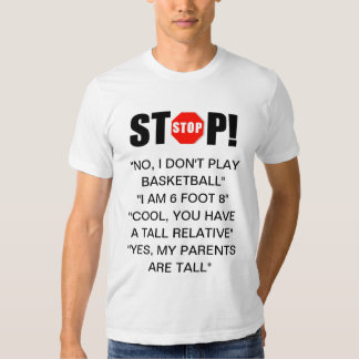 La persona alta contesta a la camiseta camisas