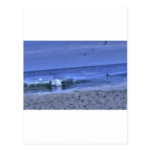 La persona que practica surf del cuerpo coge una a tarjeta postal