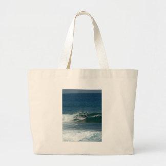 La persona que practica surf encendido ve bolsas