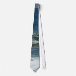 La persona que practica surf encendido ve corbatas personalizadas