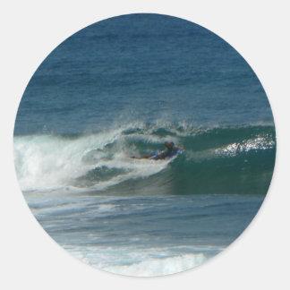 La persona que practica surf encendido ve etiqueta redonda