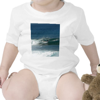 La persona que practica surf encendido ve trajes de bebé