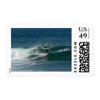 La persona que practica surf encendido ve envio