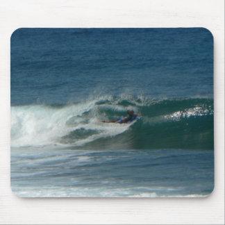 La persona que practica surf encendido ve tapete de raton